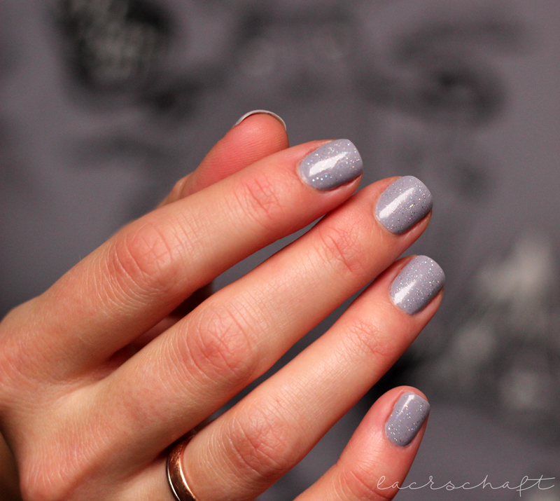 trenditup-magicalillusion-holo-topcoat-swatch-eine-hand