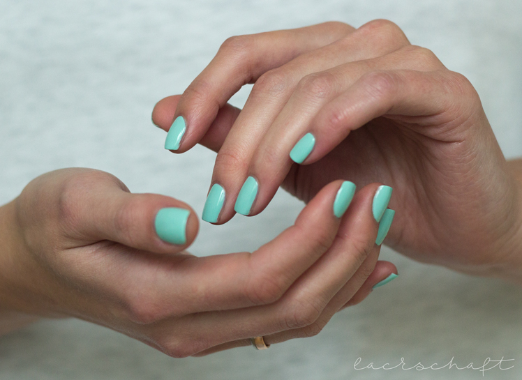 essie-mint-candy-apple-swatch-booth-hands