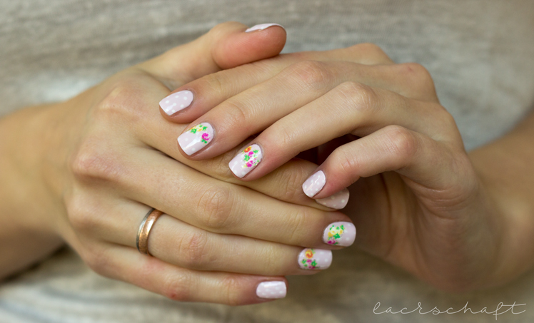 nailart-essence-happy-nails-nail-sticker-vintage-booth-hands
