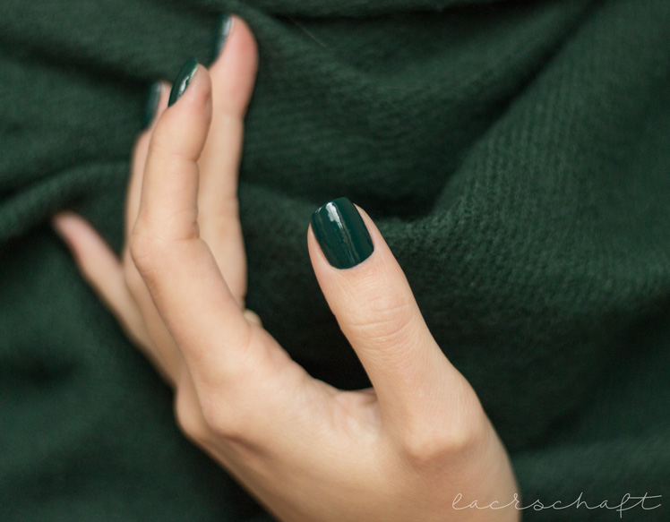 essence-the-little-xmas-factory-le-limited-edition-naillacquer-nailpolish-meet-me-under-the-mistletoe-swatch-3