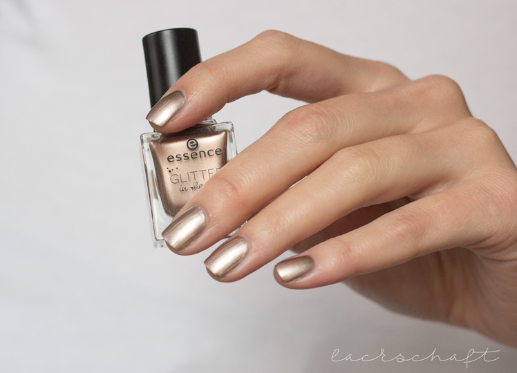 essence-glitter-in-the-air-nail-polish-03-too-glam-to-give-a-damn-swatch-3