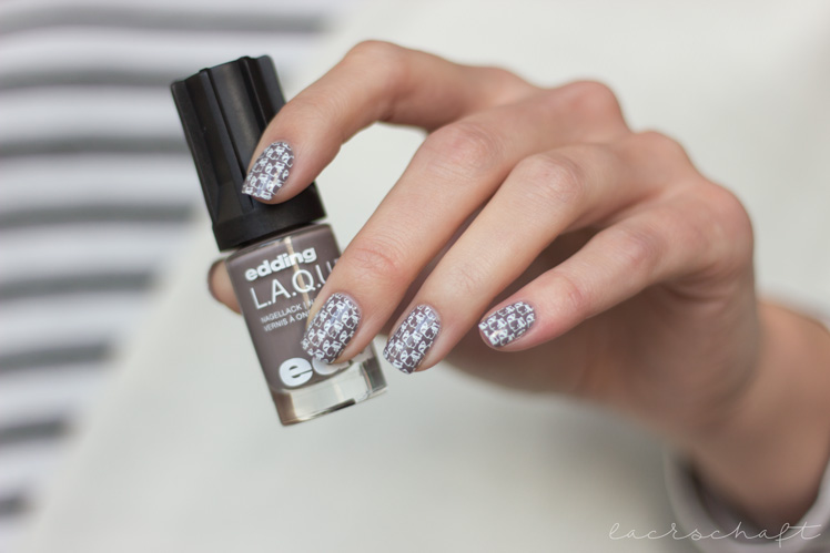 edding-laque-greedy-grey-moyou-animal-plate-09-stamping-nailart-racoons-waschbaeren-1