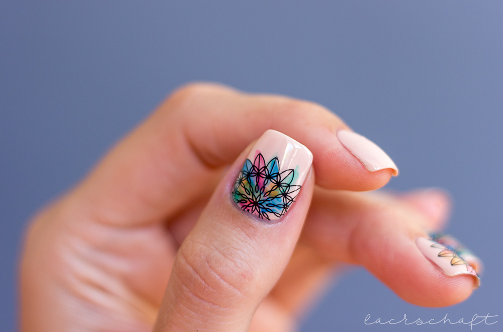 Frischlackiert-challange-mandala-nailart-lov-cosmetics-spring-make-up-collection-graceful-beige-p2-gloss-goes-neon-bundle-monster-festive-collection-bm-s309-stamping-2