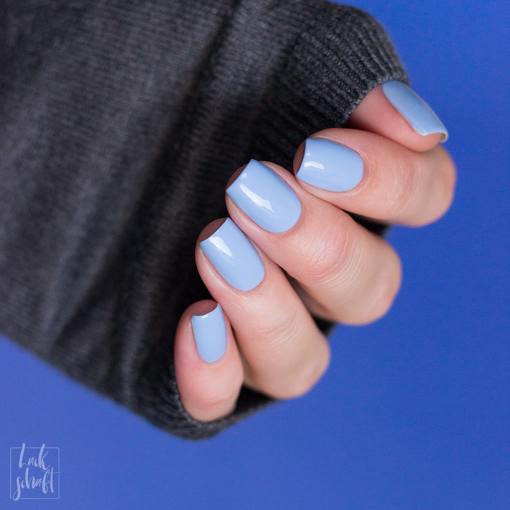 OPI-Nutcracker-LE-2018-Dreams-need-Clara-fication-Hellblau-Nagellack-Swatch-2