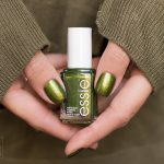 essie-sweater-weather-Nagellack-Grün-Swatch-1