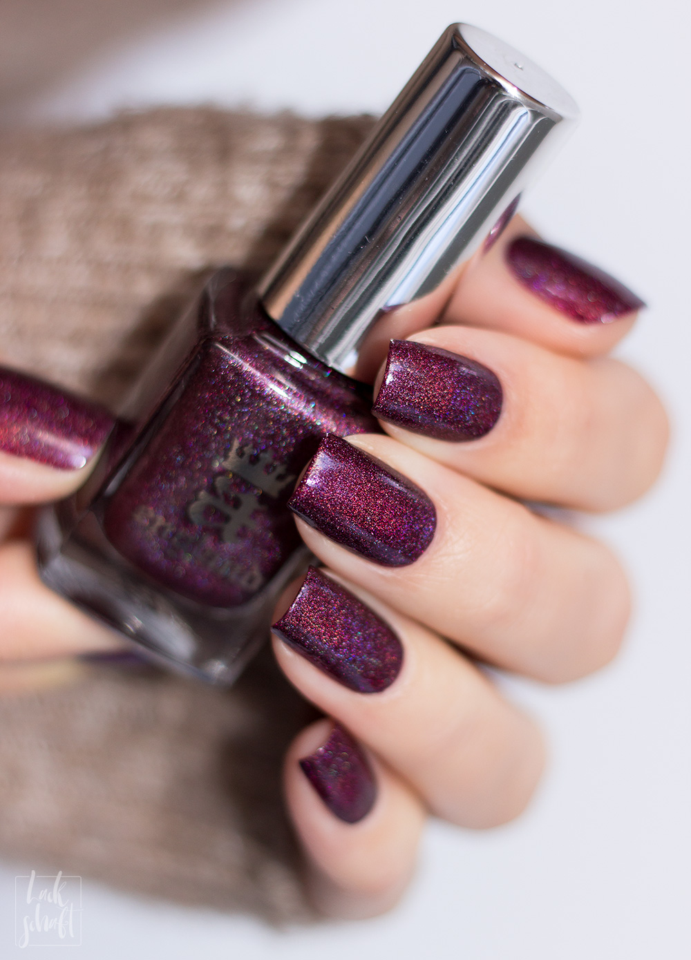 A-England-Moment-with-virgina-Collection-Virgina-Woolf-Red-Violett-Holo-Swatch-3